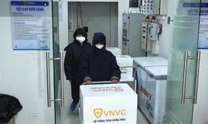 Vận chuyển vaccine Covid-19 từ rạng sáng