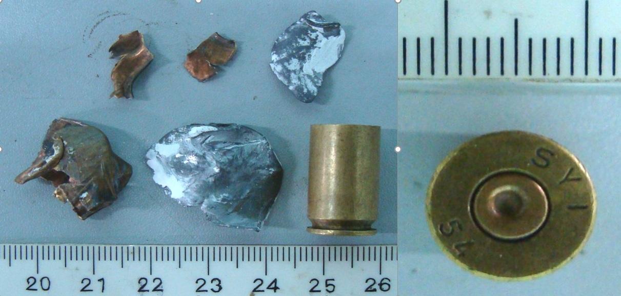 5 mảnh vỡ đầu đạn và vỏ đạn thu được (ảnh trái). Dưới đít vỏ đạn có vết xước đặc trưng ở viền đáy, sẽ được dùng để giám định.