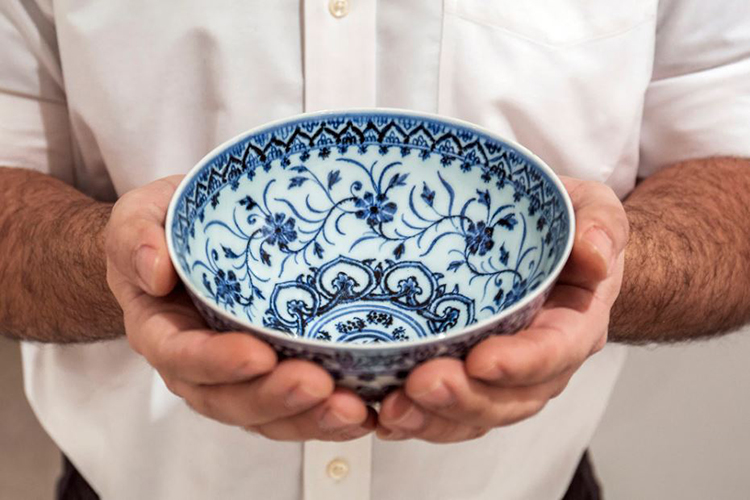 Bát thời nhà Minh mang những nét đặc trưng của đồ gốm sứ hoàng gia. Ảnh: Sothebys.