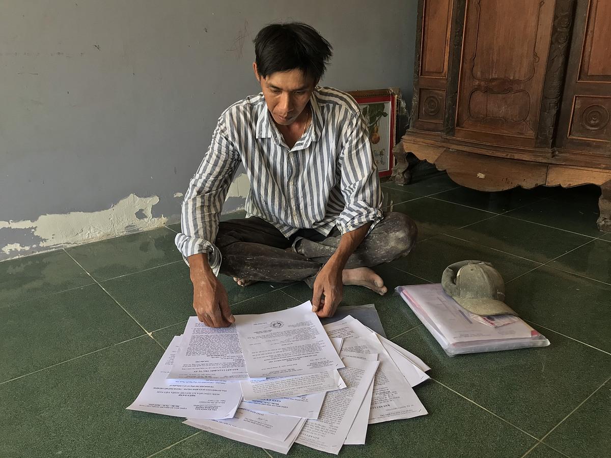 Bùi Minh Lý cùng tập hồ sơ án oan. Ảnh: Việt Anh
