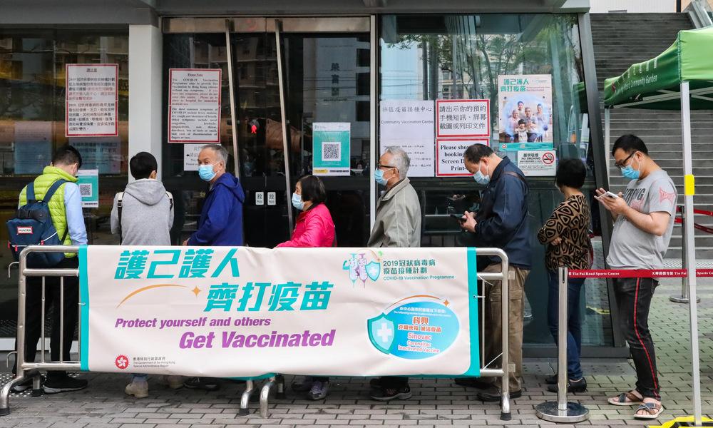 Người dân Hong Kong tại một điểm tiêm vaccine Covid-19 hôm 8/3. Ảnh: SCMP.