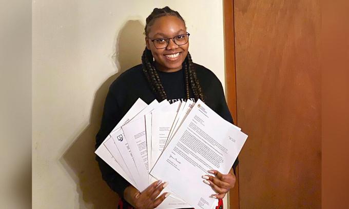 Robinson-Owens bên thư mời của các trường cấp học bổng cho em. Ảnh: Christine Owens.