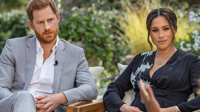 Harry và Meghan trong cuộc phỏng vấn với Oprah Winfrey phát sóng trên CBS hôm 7/3. Ảnh chụp màn hình: CBS