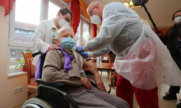Edith Kwoizalla, 101 tuổi, được tiêm mũi vaccine Covid-19 đầu tiên tại Halberstadt, Đức, tháng 12/2020. Ảnh: AFP.