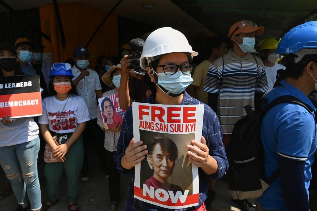 Một người biểu tình cầm áp phích kêu gọi trả tự do cho Cố vấn Nhà nước Suu Kyi trong cuộc biểu tình phản đối đảo chính ở Yangon hôm 7/3. Ảnh: AFP