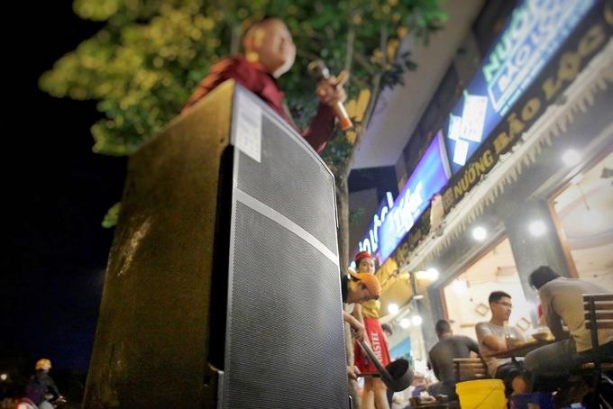 Loa thùng được một quán nhậu trên đường Phạm Văn Đồng, quận Gò Vấp phục vụ khách hát karaoke. Ảnh: Ngọc Bích.