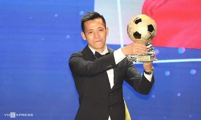 Cầu thủ Nguyễn Văn Quyết nhận danh hiệu Quả bóng vàng Việt Nam 2020. Ảnh: Đức Đồng.