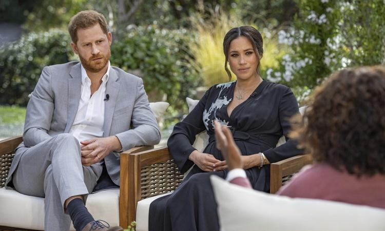Vợ chồng Hoàng tử Harry và Meghan trong cuộc phỏng vấn với kênh truyền hình Mỹ được phát sóng tối 7/3. Ảnh: CBS.