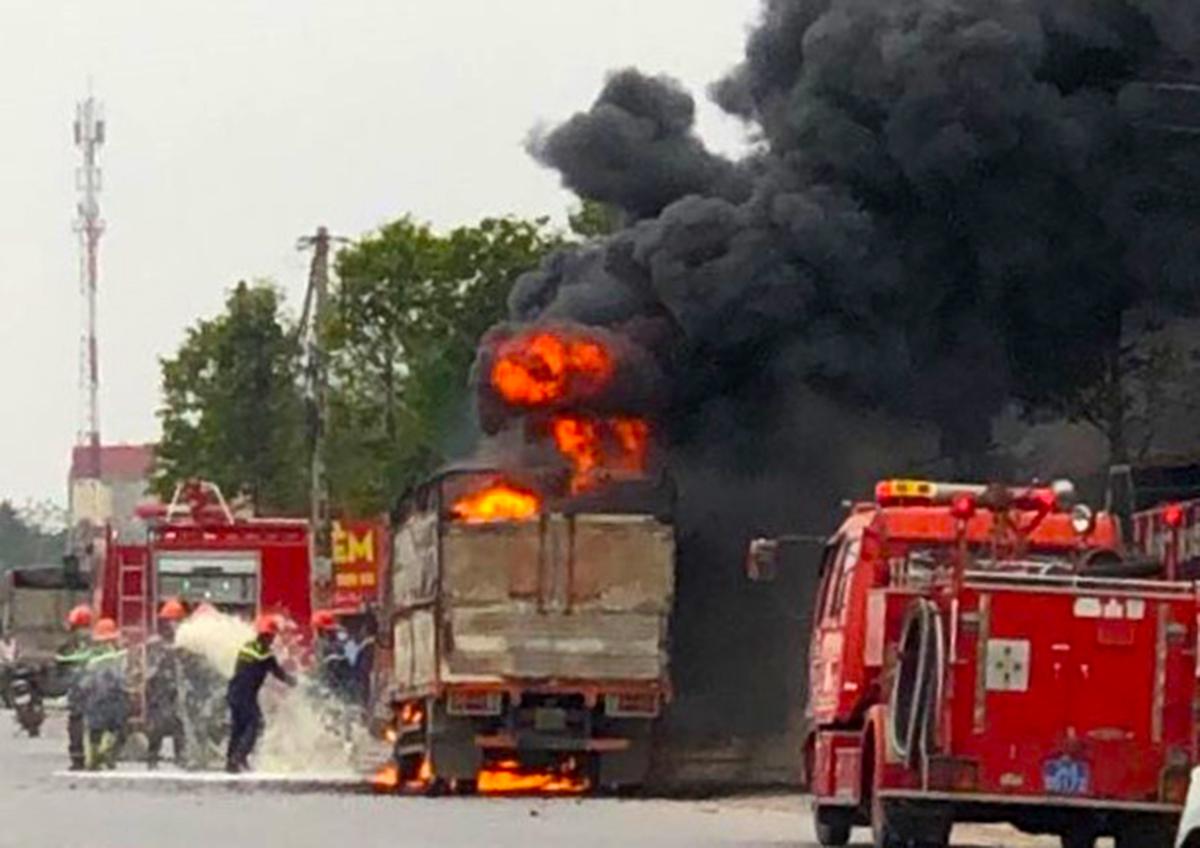 Xe ô tô chở bật lửa ga của anh Nguyễn Đắc Chung cháy ngùn ngụt trên quốc lộ 18, đoạn quan thành phố Chí Linh đang được cảnh sát PCCC công an tỉnh Hải Dương dập lửa. Ảnh: CTV