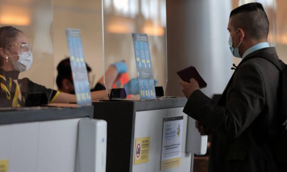 Một hành khách làm thủ tục tại sân bay ở Bogota, Colombia tháng 9/2020. Ảnh: Reuters.