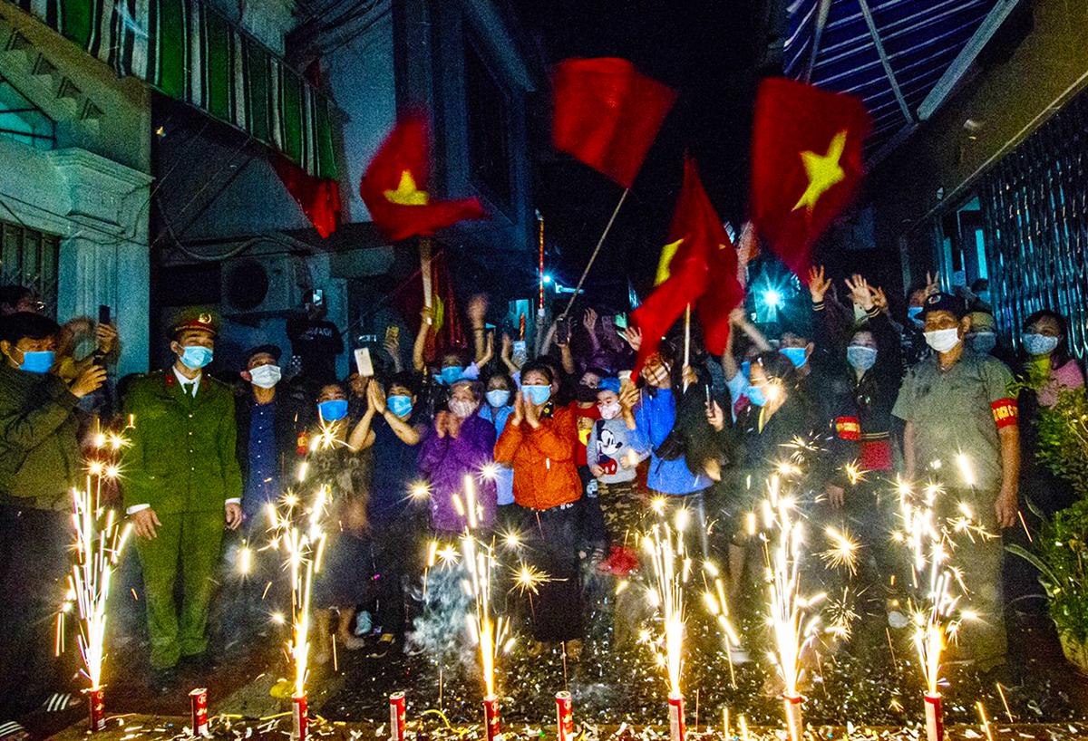 Chính quyền phường Dư Hàng, quận Lê Chân  đốt pháo, đánh dấu thời điểm kết thúc phong tỏa, cách ly khu phố công nhân và giãn cách xã hội cả phường, 24h đêm 8/3 . Ảnh: CTV