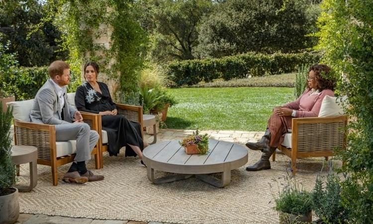 Vợ chồng Hoàng tử Harry và Meghan trong cuộc phỏng vấn với kênh truyền hình Mỹ được phát sóng tối 7/3. Ảnh: Reuters.