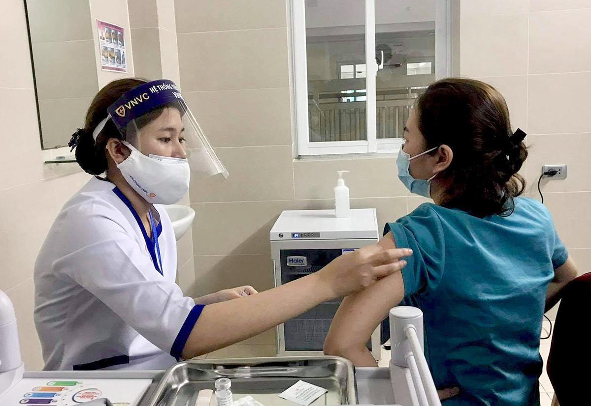 Nhân viên y tế Bệnh viên Thanh Nhàn được tiêm vaccine Covid-19 sáng 9/3. Ảnh: Bảo Loan.