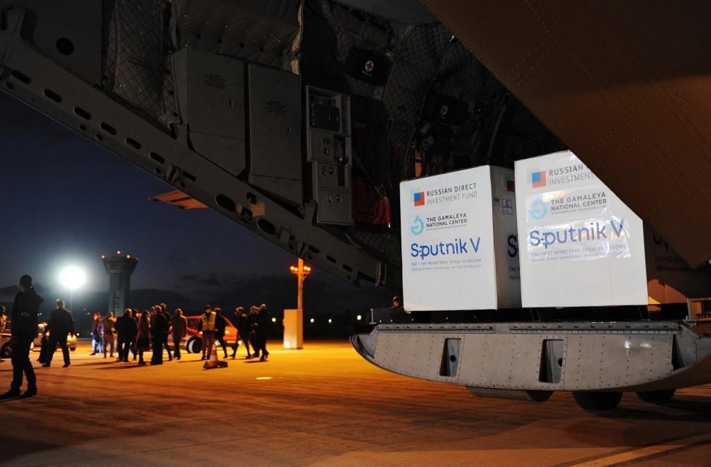 Các thùng vaccine Covid-19 Sputnik V của Nga đến sân bay tại Kosice, Slovakia, hôm 1/3. Ảnh: AFP.