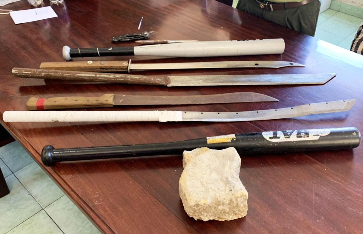 Mã tấu, đá, gậy bóng chày bị cơ quan công an thu giữ. Ảnh: Quang Bình.
