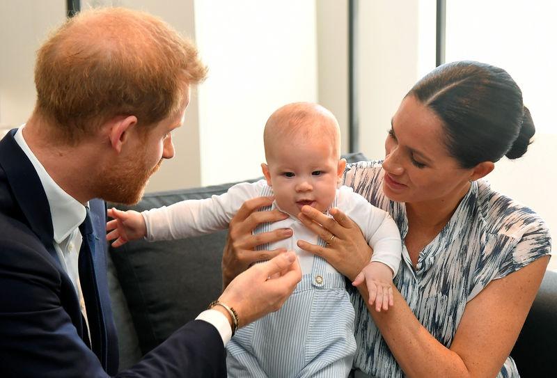 Harry, Meghan cùng con trai tại Nam Phi năm 2019. Ảnh: Reuters.