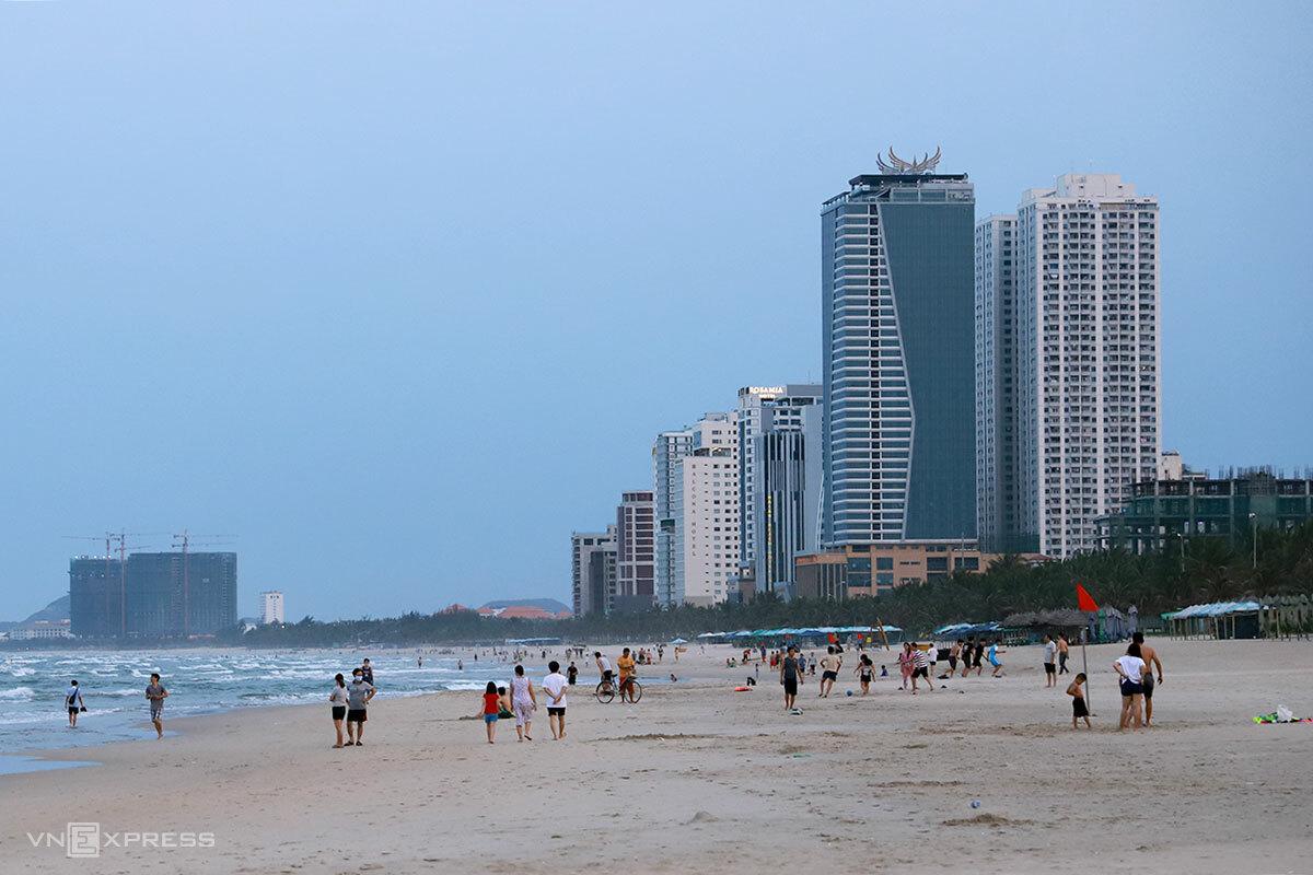 Tổ hợp khách sạn Mường Thanh và tổ hợp căn hộ cao cấp Sơn Trà có vị trí đắc địa khi nằm gần biển Mỹ Khê. Ảnh: Nguyễn Đông.
