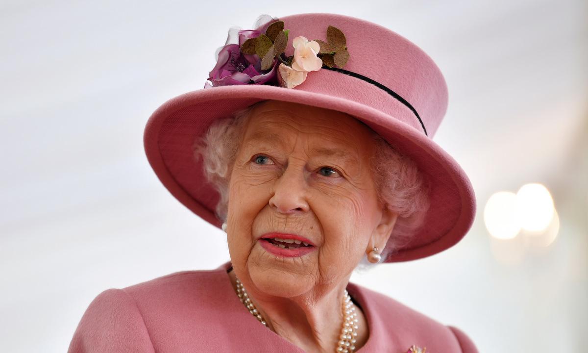 Nữ hoàng Elizabeth thăm phòng thí nghiệm quân đội tại Salisbury, Anh, hồi tháng 10/2020. Ảnh: Reuters.