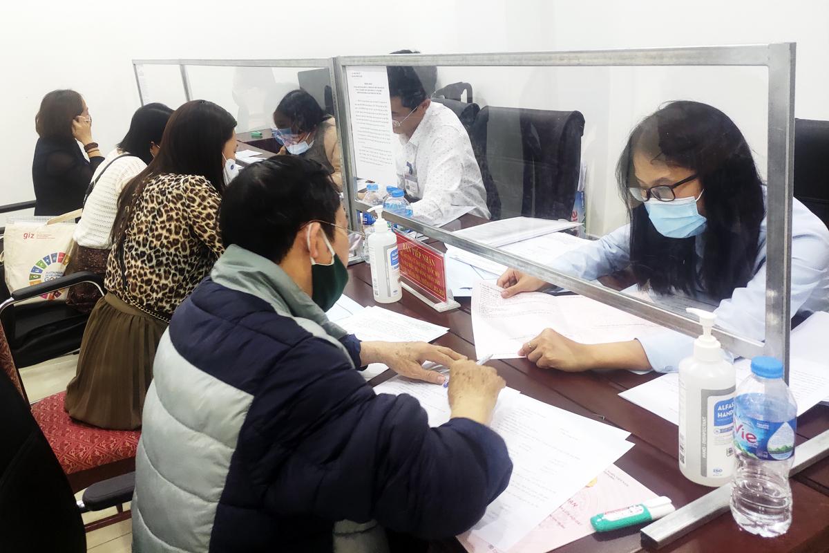 Trong ngày 10/3 có hàng chục người đến lấy hồ sơ, nộp hồ sơ tự ứng cử đại biểu Quốc hội và HĐND TP Hà Nội. Ảnh: Viết Tuân.