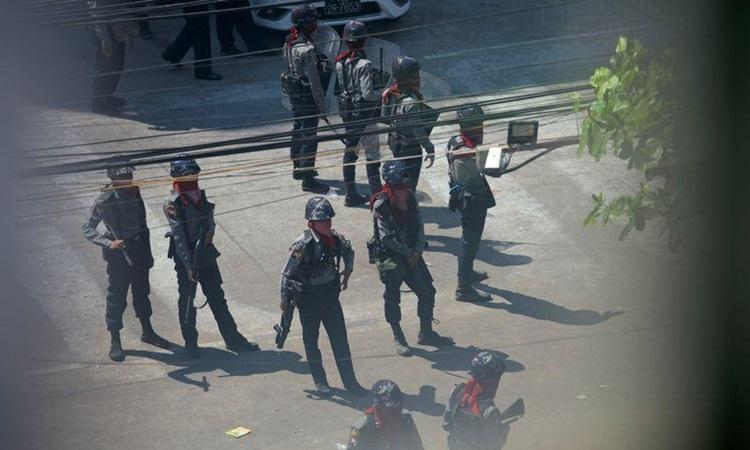 Cảnh sát được triển khai đối phó biểu tình ở quận Sanchaung, Yangon hôm 8/3. Ảnh: Reuters.
