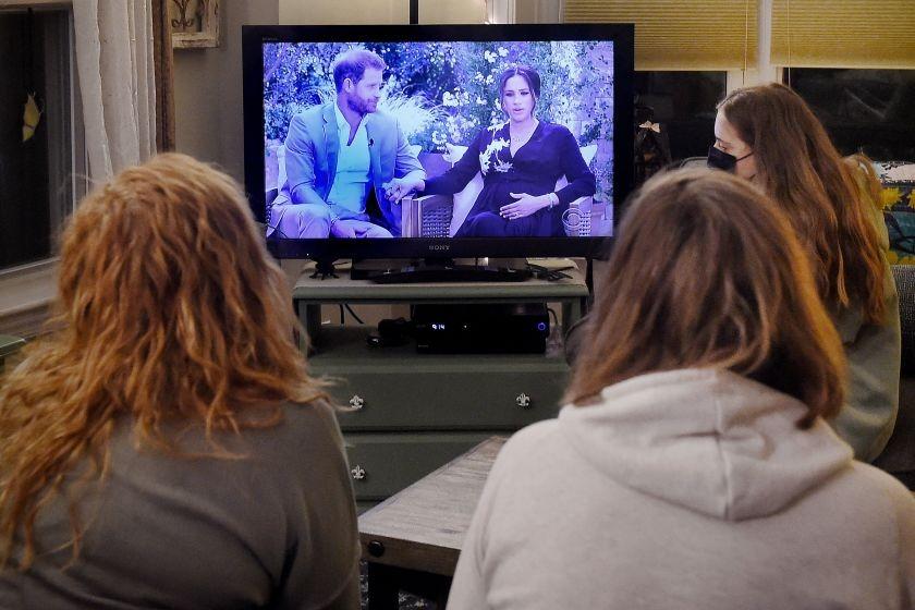 Ba người xem cuộc phỏng vấn Harry - Meghan tại Virginia, Mỹ ngày 7/3. Ảnh: AFP.