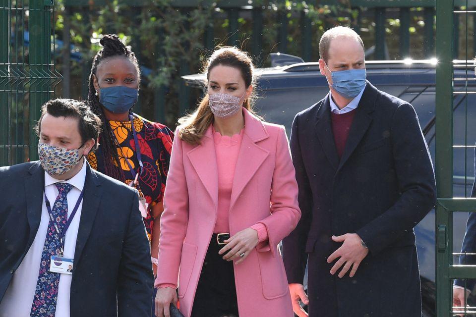 Hoàng tử William (phải) cùng Công nương Kate (áo hồng) tới thăm một trường học ở phía đông thủ đô London hôm nay. Ảnh: AFP.