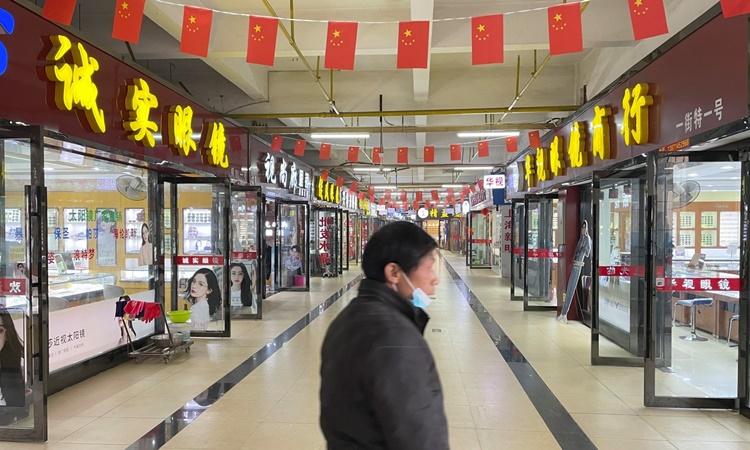 Bên trong một trung tâm thương mại ở Vũ Hán, Trung Quốc, hồi tháng 12 năm ngoái. Ảnh: Reuters.