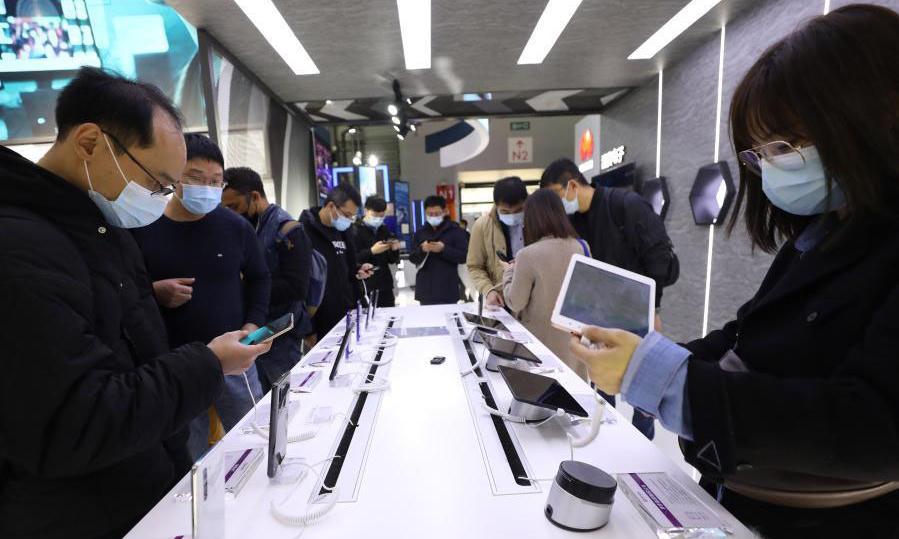Gian trưng bày điện thoại và máy tính bảng tại Đại hội Thế giới Di động ở Thượng Hải, Trung Quốc, hôm 23/2. Ảnh: Xinhua.