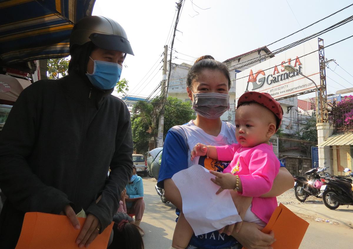 Công nhân Công ty TNHH Asia Garment, quận 12, bị nợ lương, nợ bảo hiểm xã hội tới công ty đòi quyền lợi, ngày 10/3. Ảnh: Lê Tuyết.