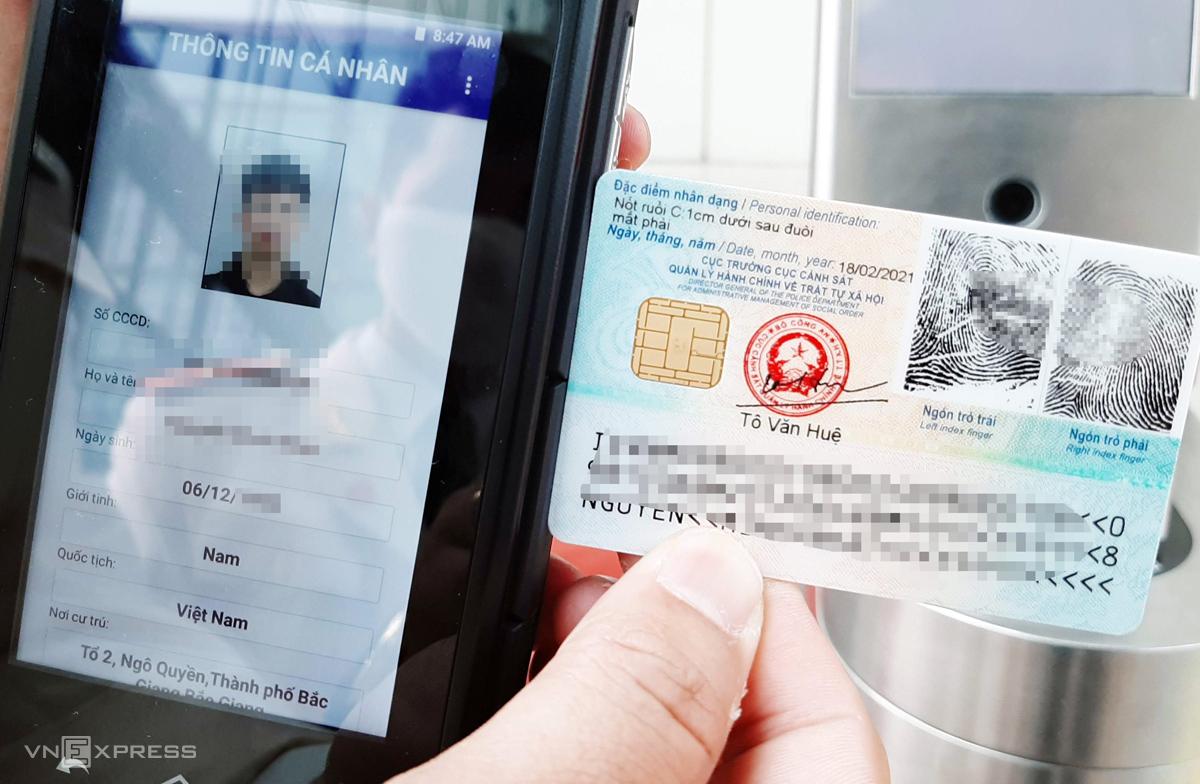 Mặt sau của thẻ căn cước có gắn chip điện tử lưu trữ hàng chục thông tin sinh trắc học, vân tay của công dân. Ảnh: Bá Đô