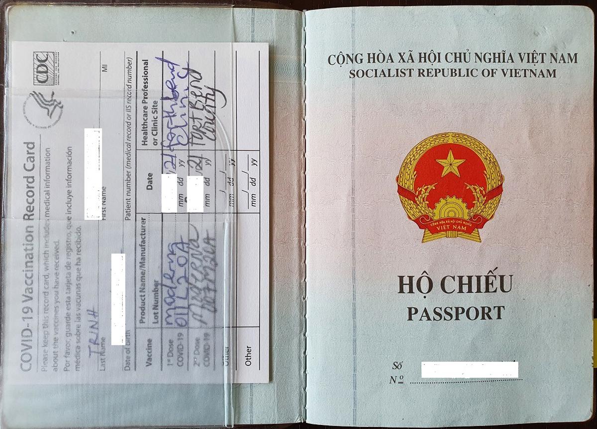 Hộ chiếu của ông Trịnh đính kèm giấy chứng nhận tiêm vaccine Covid-19. Ảnh: Nhân vật cung cấp.