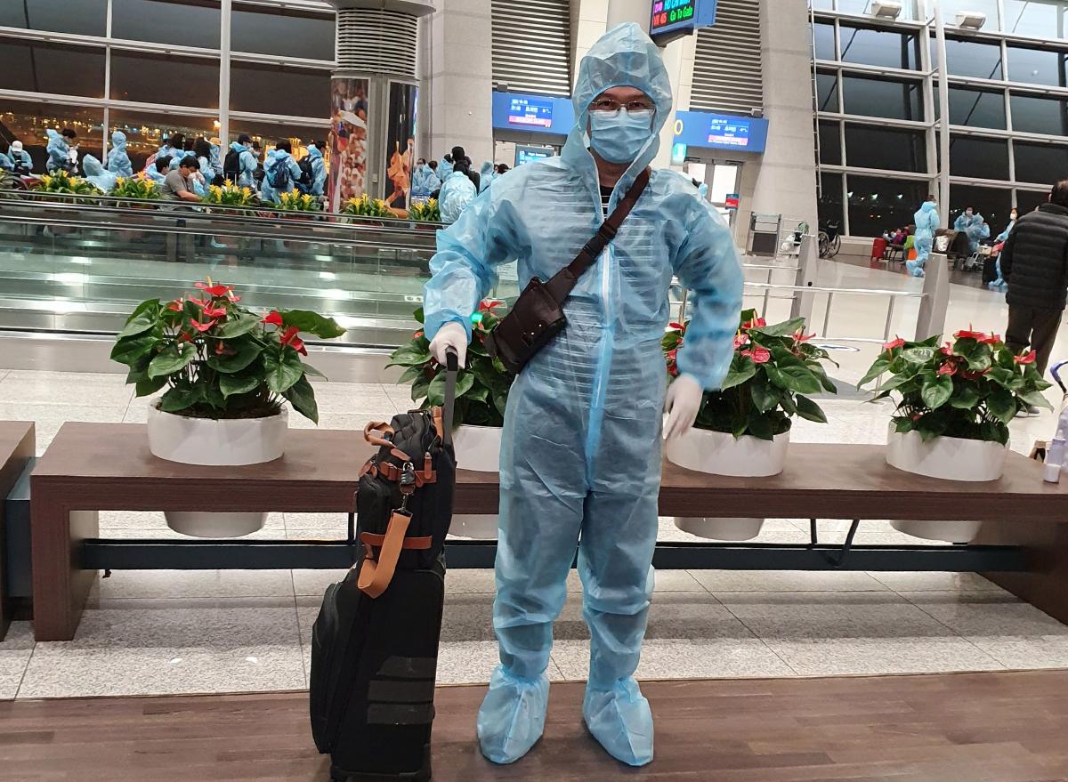 Bác sĩ Calvin Q Trịnh nhập cảnh về nước từ Mỹ tại sân bay Tân Sơn Nhất sáng 10/3. Ảnh: Nhân vật cung cấp.
