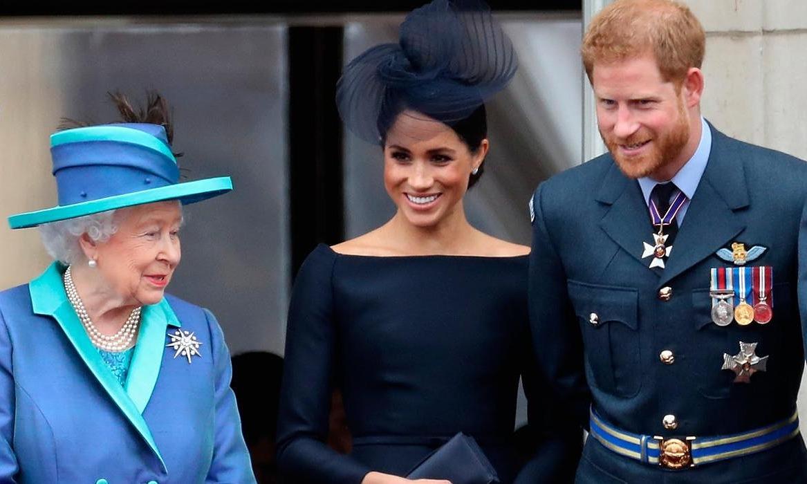 Nữ hoàng Elizabeth II trò chuyện với Meghan và Harry trên ban công Cung điện Buckingham,.khi xem màn trình diễn kỷ niệm 100 năm ngày thành lập Lực lượng Không quân Hoàng gia ngày 10/7/2018 ở London. Ảnh: AFP