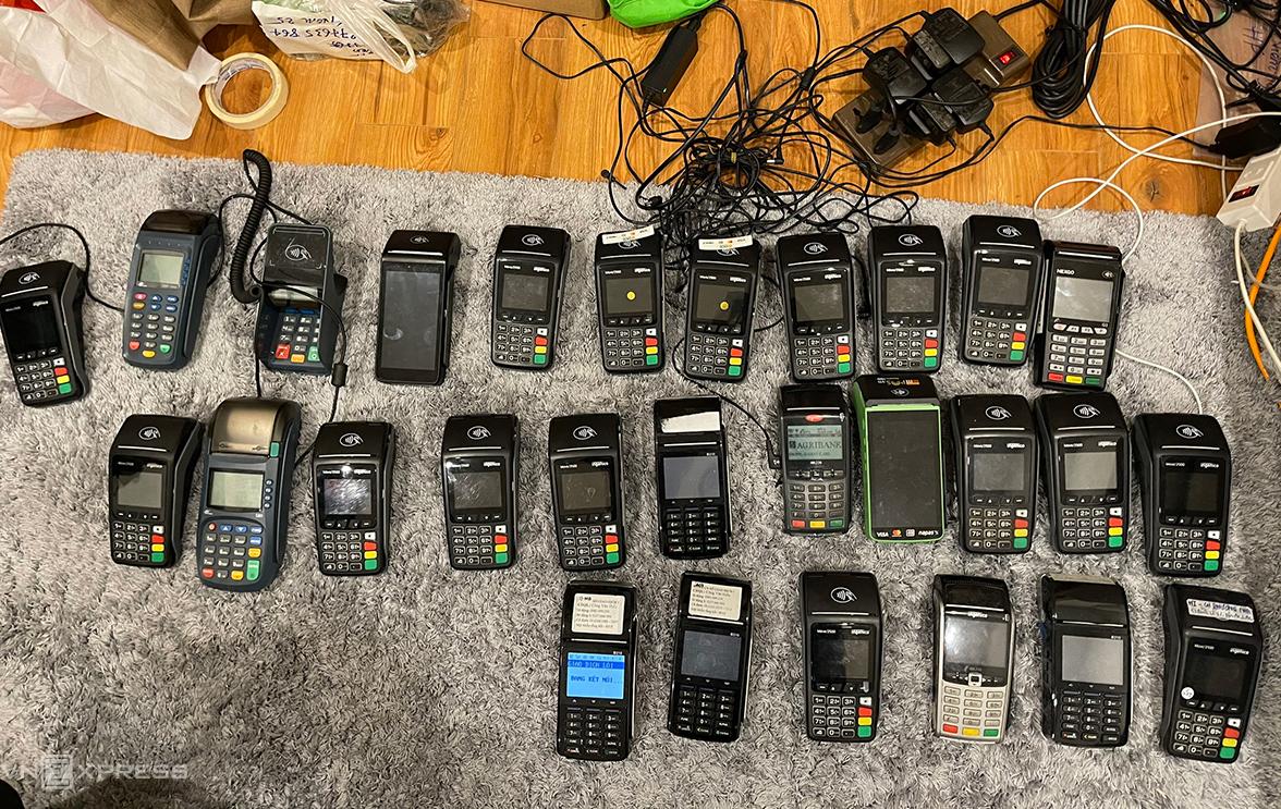 Cảnh sát thu 37 máy POS khi khám nhà nhóm nghi phạm. Ảnh: Phương Sơn
