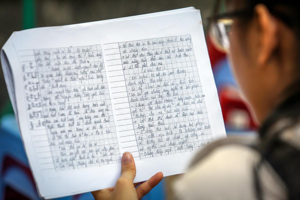 Thí sinh ôn tập môn Văn trước giờ thi tuyển sinh lớp 10 THPT công lập. Ảnh: Mạnh Tùng.