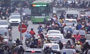 Hàng dài xe đi ngược chiều trên đường riêng cho buýt nhanh