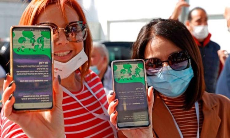 Chứng nhận đã tiêm vaccine được hiển thị trên ứng dụng điện thoại di động của người dân Israel. Ảnh: AFP.