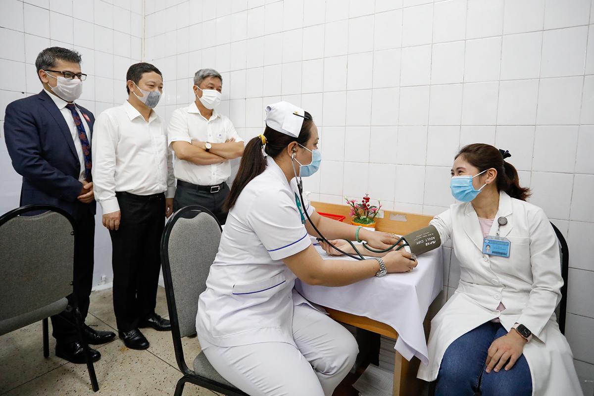 Nhân viên y tế tại TP HCM được khám sàng lọc trước khi tiêm vaccine Covid-19, ngày 8/3. Ảnh: Hữu Khoa