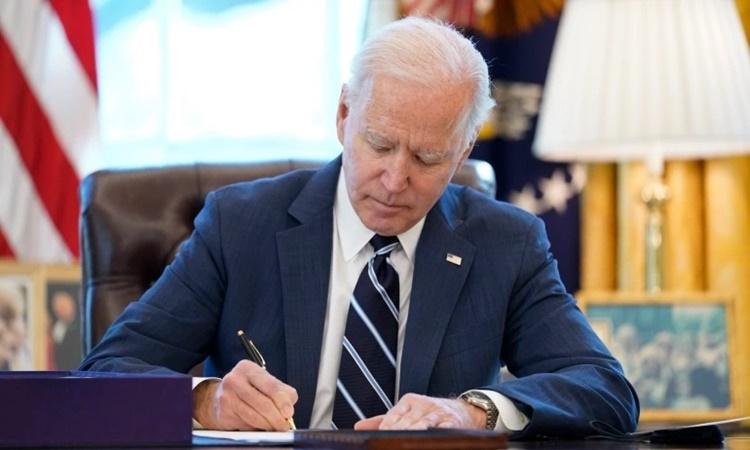 Biden ký thông qua gói cứu trợ Covid-19 tại Phòng Bầu dục, Nhà Trắng, ngày 11/3. Ảnh: AP.