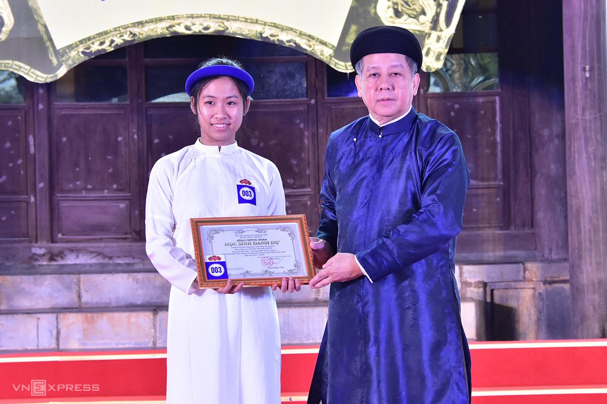Ông Phan Ngọc Thọ trong buổi lễ tuyên dương học sinh giỏi. Ảnh: Võ Thạnh