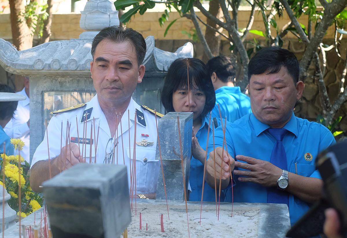 Nhiều người đến thắp hương tưởng nhớ 64 chiến sĩ