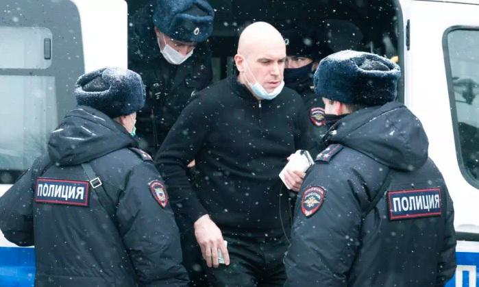Một người đàn ông (giữa) bị bắt trong hội nghị về bầu cử tại Moskva, Nga, hôm nay. Ảnh: AP.