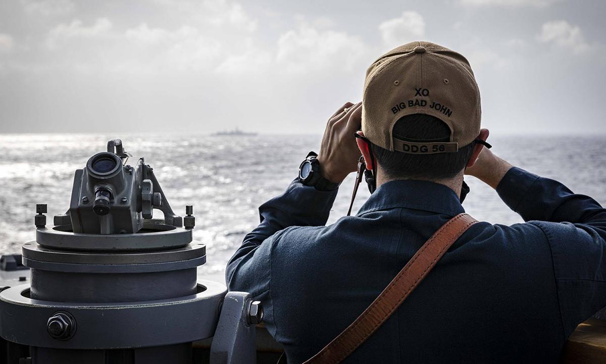 Sĩ quan chỉ huy tàu khu trục John S. McCain của Mỹ quan sát một con tàu gần quần đảo Hoàng Sa ở Biển Đông hôm 5/2. Ảnh: Hải quân Mỹ.