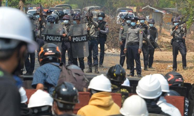 Cảnh sát và người biểu tình Myanmar đối mặt ở thủ đô Naypyidaw hôm 8/3. Ảnh: AFP.