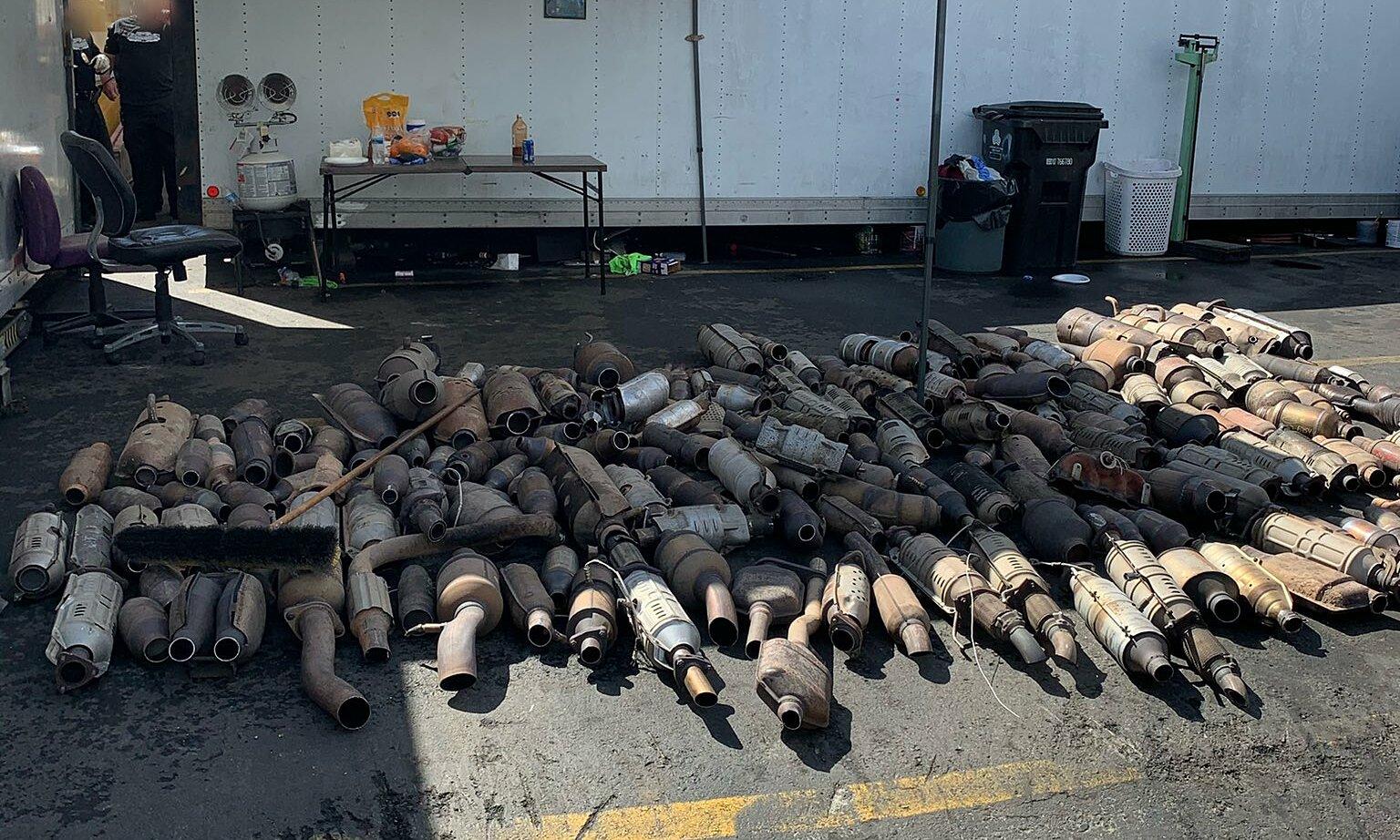 Số tang vật bị thu giữ trong vụ án. Ảnh: Carscoops