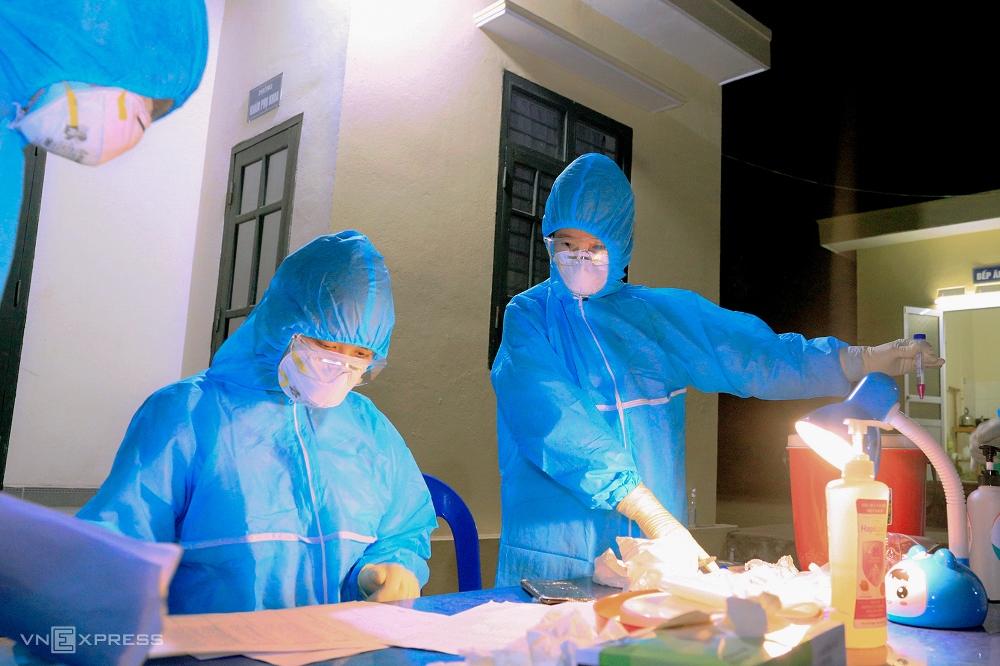 Cán bộ y tế lấy mẫu xét nghiệm tại Trạm y tế phường Tràng An, thị xã Đông Triều hôm 3/2. Ảnh: Lê Đại