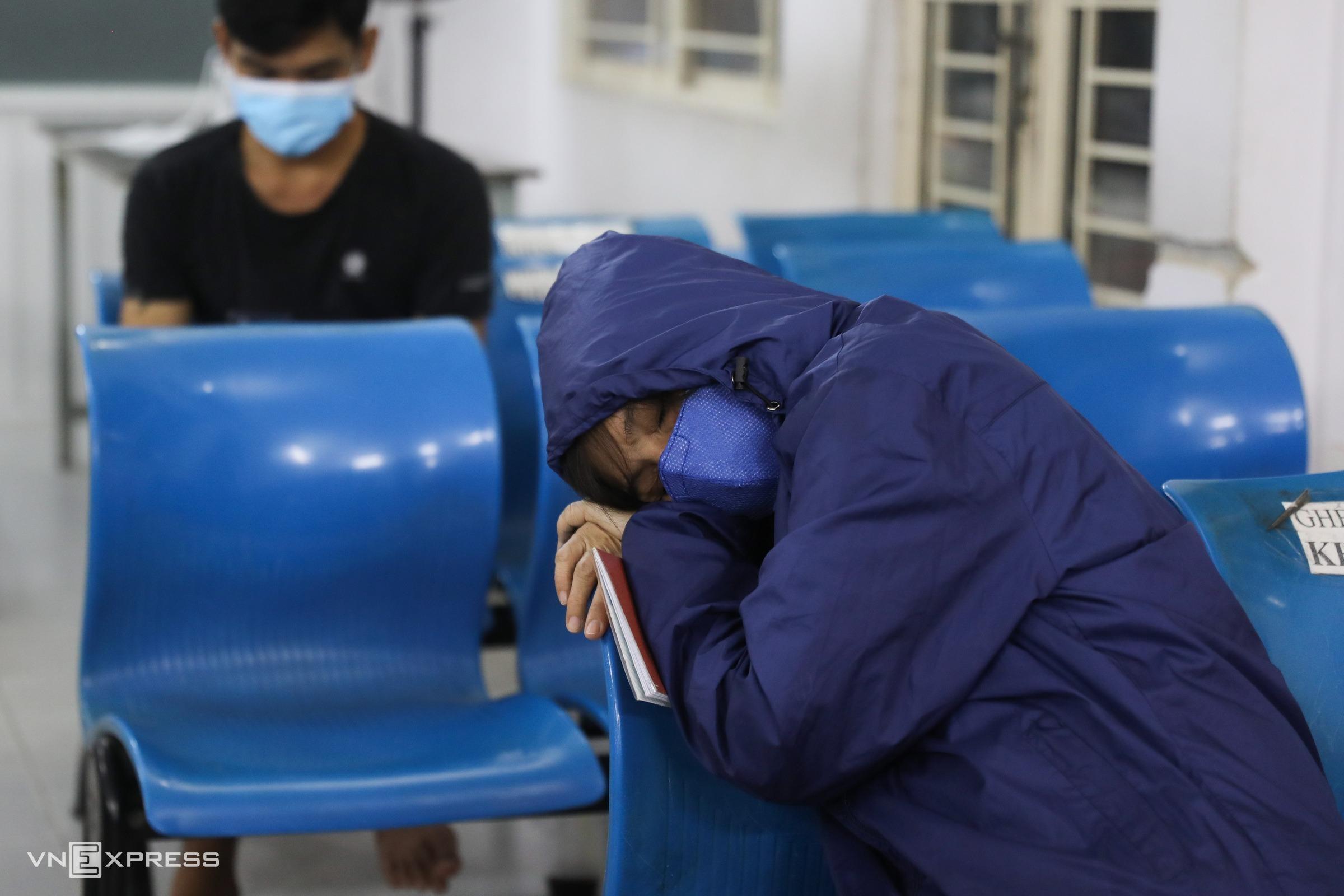 Lúc 23h, ngày 13/3, một phụ nữ mệt mỏi, ngủ thiếp trên ghế chờ đến lượt làm thẻ căn cước công dân ở Tp Thủ Đức, TP HCM. Ảnh: Quỳnh Trần