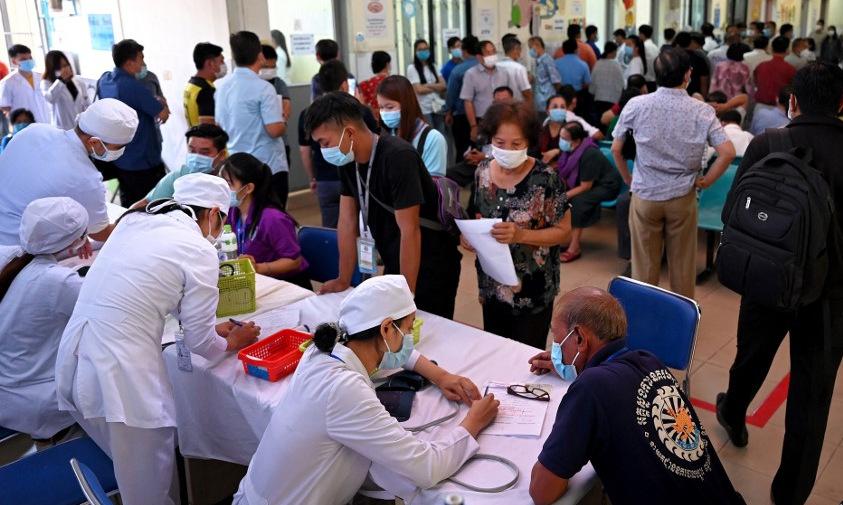 Người dân Campuchia đăng ký tiêm vaccine Covid-19 tại Phnom Penh hôm 10/3. Ảnh: AFP.