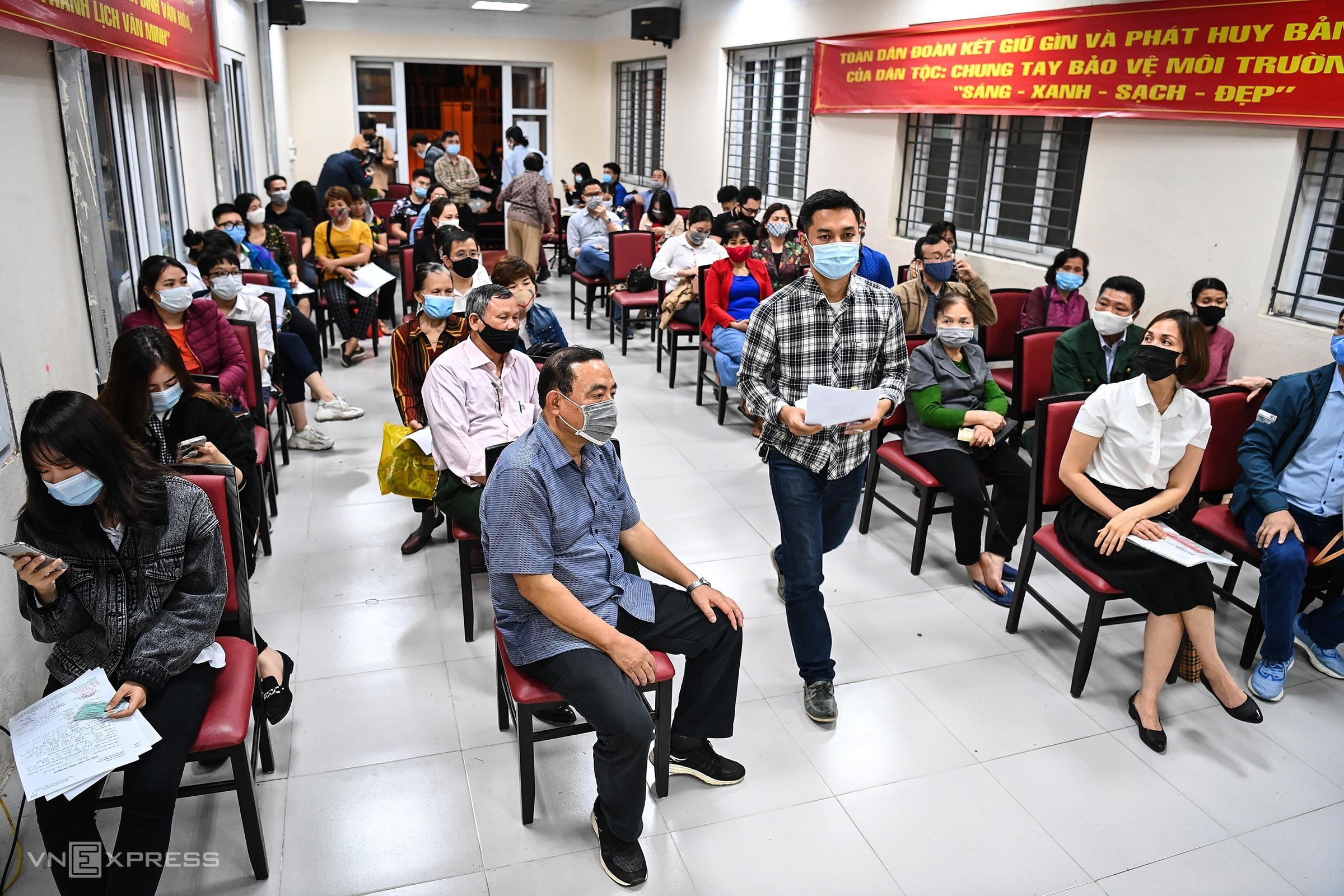 Người dân ngồi chờ đến lượt làm thủ tục cấp thẻ căn cước tại nhà văn hóa phường Vĩnh Tuy (quận Hai Bà Trưng), Hà Nội hôm 9/3. Ảnh: Giang Huy