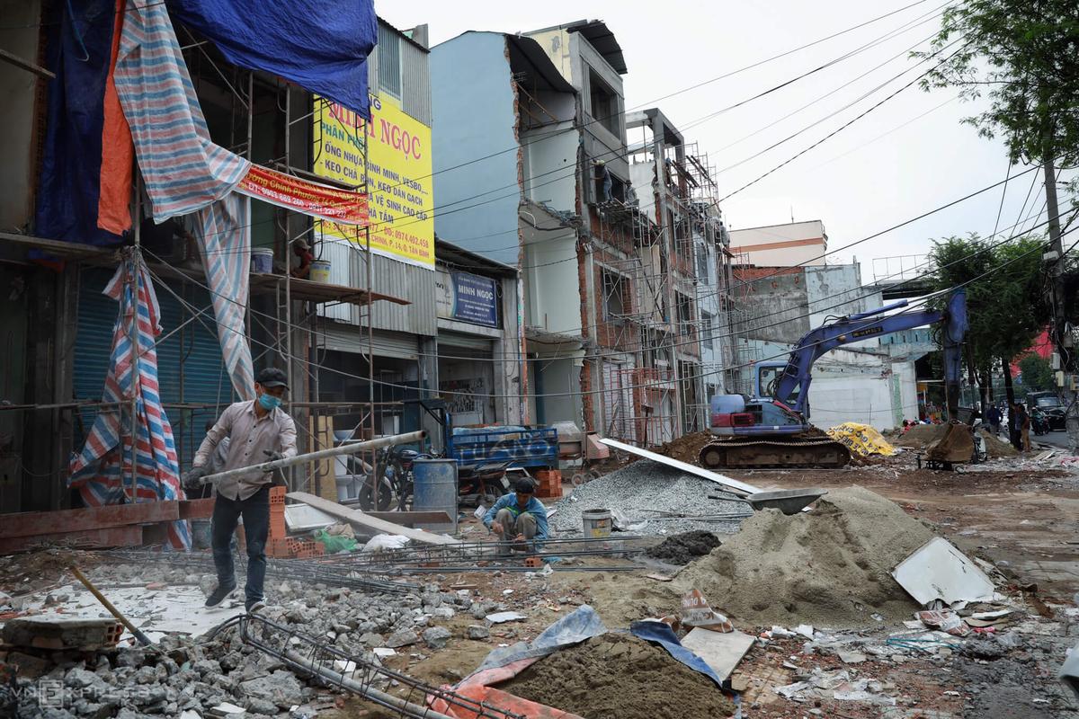 Người dân mặt tiền đường Cách Mạng Tháng Tám, quận Tân Bình tháo dỡ nhà bàn giao mặt bằng cho dự án Metro Số 2, năm 2020. Ảnh: Hữu Khoa.
